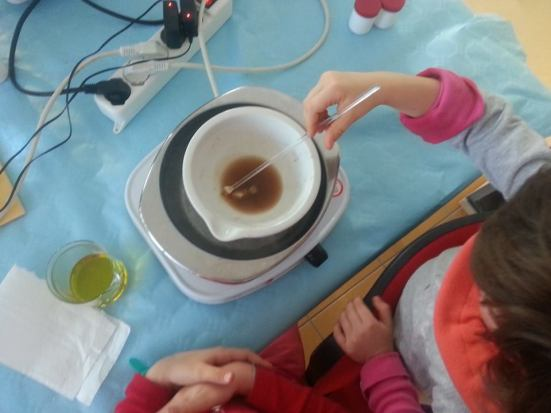 Fitoterapia pratica: sciogliere la cera d'api per preparare un unguento balsamico